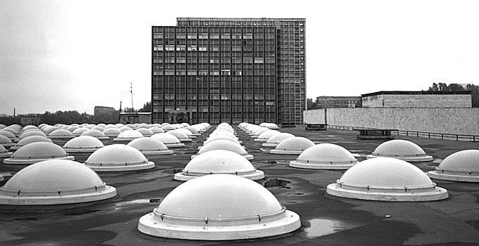 Вид на здание ЦЭМИ архитектора Леонида Павлова с крыши ИНИОН РАН архитектора Якова Белопольского