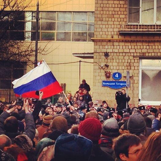 Российский флаг на демонстрации в поддержку узников 6 мая у Замоскворецкого суда. Может ли у российского триколора быть прогрессивное содержание?