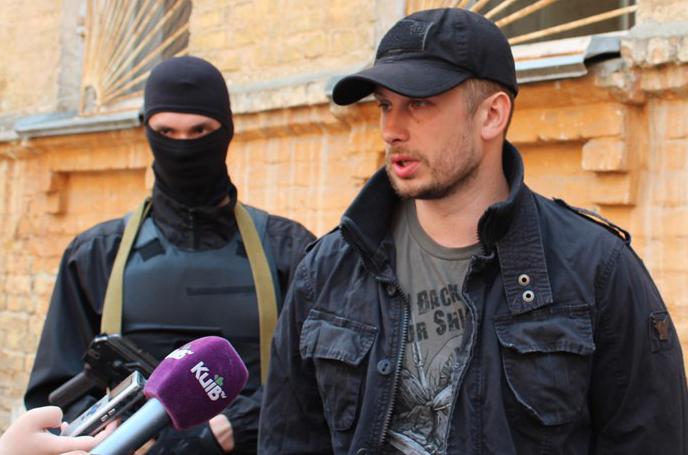 Кандидат по 217 округу Андрей Билецкий. Слева, наверно, представитель его предвыборного штаба.