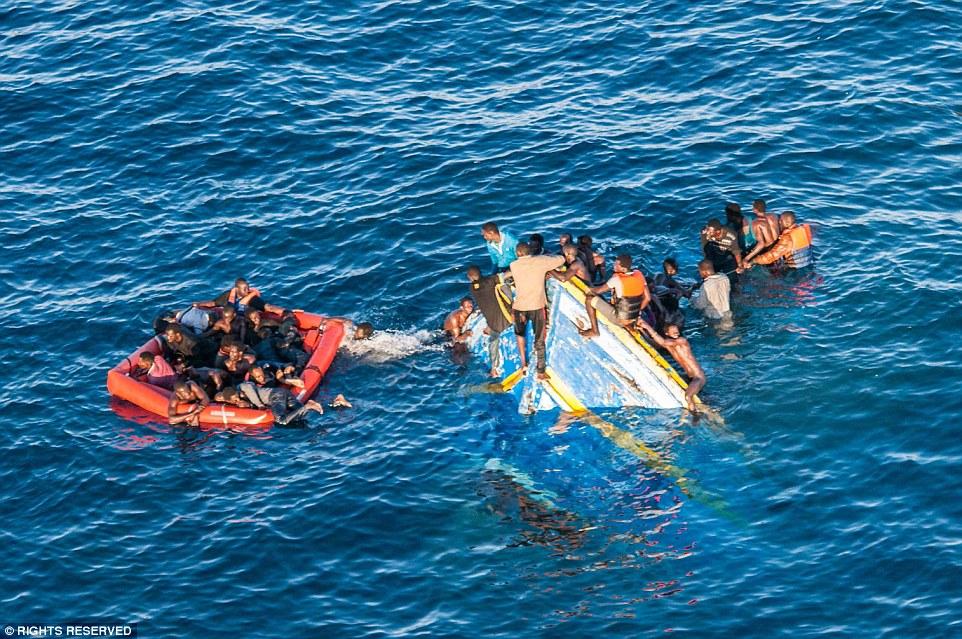 Затонувшая лодка в Средиземном море.
