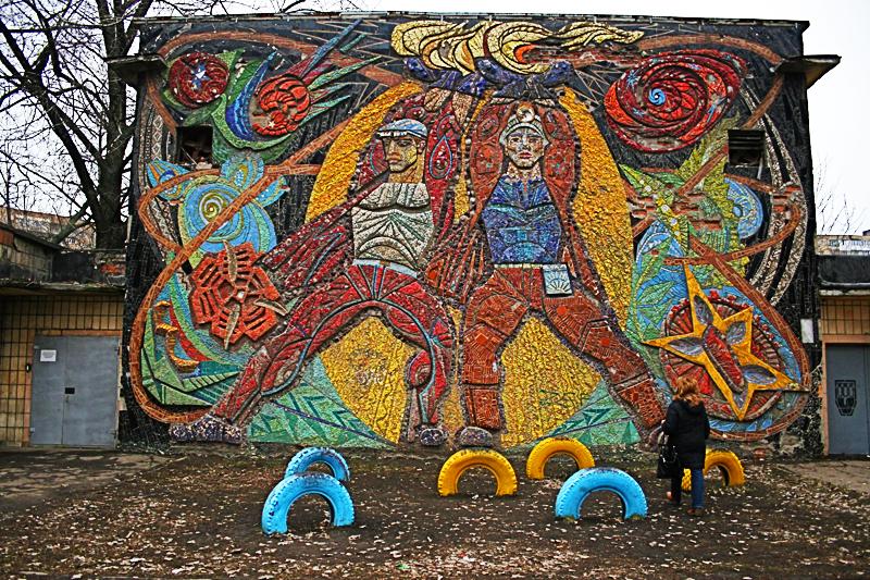 «Прометеи» мозаика школы №5 в Донецке; авторы: А. Горская, В. Зарецкий и др.