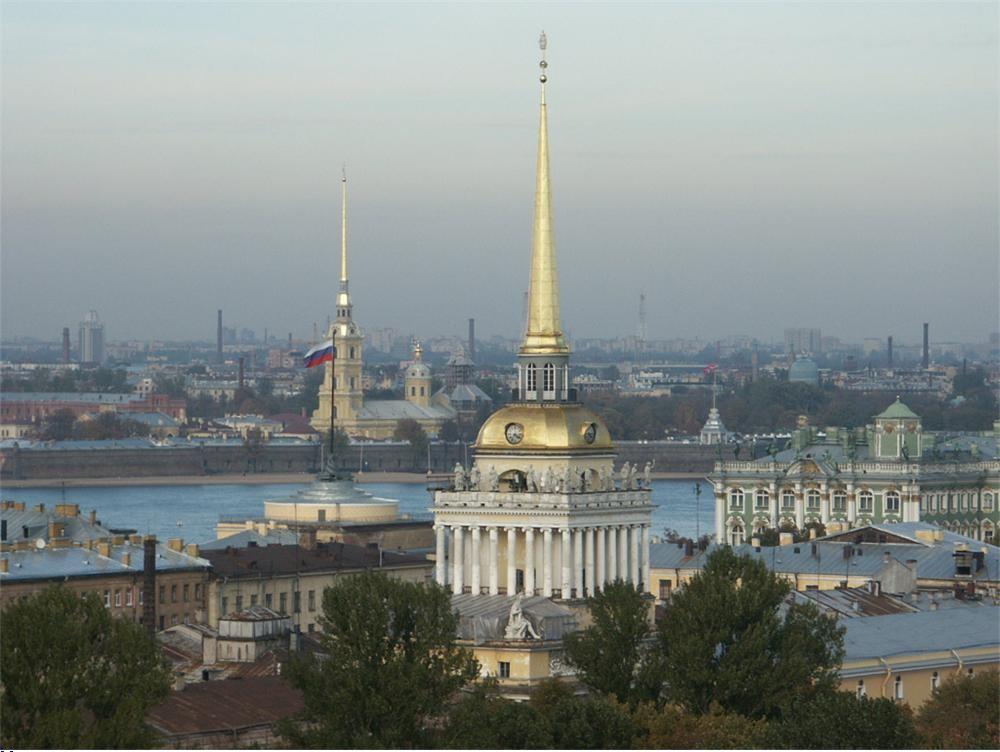 Вид на башню Адмиралтейства в Санкт-Петербурге.