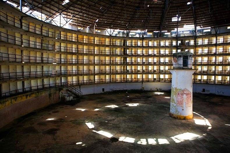 Внутри тюрьмы Преседио Модело на Кубе, построенной по модели паноптикума Иеремии Бентама.