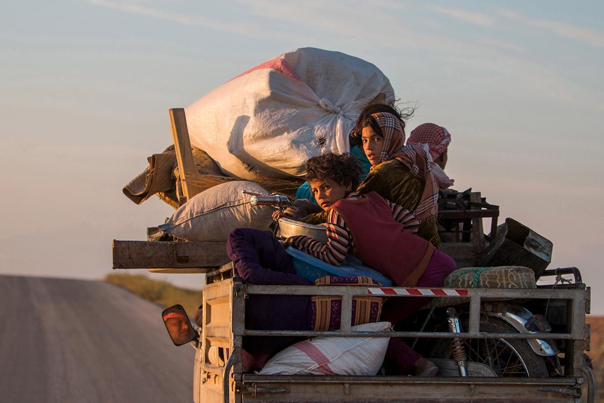 Жители деревни возвращаются домой, после того как силы YPG отбили ее у ИГИЛ. Май 2015. Reuters.