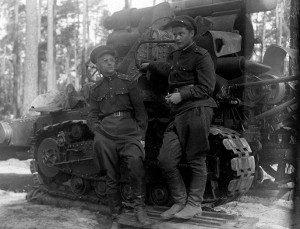 Ильенков около своей пушки с отцом, корреспондентом «Красной Звезды». 1945 год